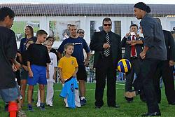 Ronaldinho Gaúcho bate bola com as crianças durante o lançamento do Instituto Ronaldinho Gaúcho em Porto Alegre, 27 de dezembro de 2006. O instituto busca permitir que as crianças de famílias carentes pratiquem esportes. FOTO: Jefferson Bernardes/Preview.com