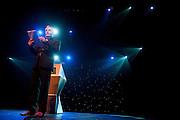 Herman Finkers draagt gedichten van Willem Wilmink op. In de Stadsschouwburg van Utrecht vindt de dertigste nacht van de poëzie plaats. Tijdens het evenement zijn er voordrachten van bekende en minder bekende dichters en is er een poetryslam. Daarnaast zijn er allerlei andere activiteiten.<br /> <br /> Dutch writer and performer Herman Finkers is reading poems of the Dutch writer Willem Wilmink. For the 30th time the Night of the Poetry is held in the Stadschouwburg in Utrecht. Writers are reading their poems, a poetry slem is organized and visitors can have a poem written especially for themselves.