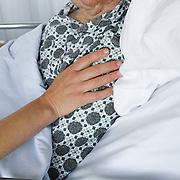 Nederland Rotterdam  31-08-2009 20090831 Foto: David Rozing .Serie over zorgsector, Ikazia Ziekenhuis Rotterdam. Illustratief beeld zorg, afdeling neurologie, zuster legt haar arm op schouder van patient, menselijke contact, aanmoedigen, warmte geven. Nurse puts her hand on the shoulder of an patient for support, encourage..Foto: David Rozing ..Holland, The Netherlands, dutch, Pays Bas, Europe, ronde doen, routine verpleegkundigen, ,verpleegster, verpleegsters, verpleger, verplegers, verplegend, status, op zaal liggen, interactie patient verpleging, praatje maken met, tijd hebben voor, aandacht hebben voor geven, luisterend oor hebben voor ,menselijk contact ,  ,zorgaanbieder, zorgaanbieders, geneeskunde, ill, illness, behandelplan, genezing, genezen, , ziekte bestrijding bestrijden, persoon, personen, oud, oude, op leeftijd, ,onherkenbaar, onherkenbare, unrecognisable, steun, steunen, warmte geven, helpen, hart onder de riem steken,aanmoedigen, hulp, helpen,ziektekosten,zorgverlener, zorgverleners,zorgverlening,ouderen, bejaard, bejaarde, bejaarden, op leeftijd zijn, oude van dagen, ouderenzorg, bejaardenzorg