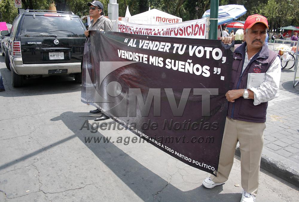 Toluca, México.- Integrantes del movimiento Morena  instalaron en la Alameda  de Toluca pancartas y mesas en donde recaudan firmas para la anulación de la elección presidencial mexicana. Agencia MVT / Arturo Hernández S.