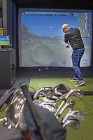 ROOSENDAAL - , Martijn Paehlig , hoofdredacteur Golfers Magazine speelt mee met een wedstrijd Simulator Golf  bij Golfcentrum Roosendaal.   COPYRIGHT KOEN SUYK
