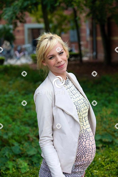 AMSTERDAM - Op het Westerpark in het Ketelhuis is de presentatie geweest van alweer de vijftiende editie van het RTL5 survivalprogramma 'Expeditie Robinson'. Met hier op de foto  presentatrice Nicolette Kluijver, hier zwanger van een tweeling. FOTO LEVIN DEN BOER - PERSFOTO.NU