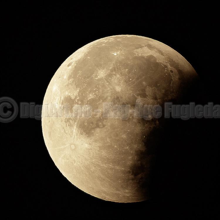 From the tonight Bloodmoon or Supermoon Lunar Eclipse   Fra nattens Blodrød måne eller supermåne med total formørkelse.
