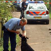 NLD/Huizen/20050906 - Verbrand lijk gevonden langs bospad Bussummerweg Huizen, afzetting, lint, overleg, speurhondengeleider
