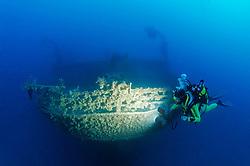 Schiffswrack Rosalie Moller (faelschlicherweise oftmals Moeller genannt) und Taucher am Schiffs Wrack beim Heck, Shipwreck Rosalie Moller and Scuba diver on ship wreck near stern, Rotes Meer, Ägypten, Red Sea Egypt