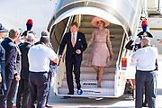 Staatsbezoek van Koning en Koningin aan de Republiek Italie - dag 1 - Rome /// State visit of King and Queen to the Republic of Italy - Day 1 - Rome<br /> <br /> Op de foto / On the photo: Koning Willem-Alexander en Koningin Maxima arriveren op het Ciampiano vliegveld voor het vierdaagse staatsbezoek aan Italie en Vaticaanstad. <br /> <br /> King Willem-Alexander and Queen Maxima arrive at the Ciampiano airport for the four-day state visit to Italy and Vatican City.