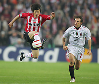 Fotball<br /> Foto: Witters/Digitalsport<br /> NORWAY ONLY<br /> <br /> PHILIPS STADION - EINDHOVEN 04/05/2005 <br /> CHAMPIONS LEAGUE - SEMI - FINALS 2 LEG<br /> <br /> PSV EINDHOVEN - AC MILAN 3-1<br /> <br /> v.l. Ji-Sung PARK , Andrea PIRLO Milan