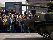 Panzer der russischen Armee auf der abgesperrte Prachtstraße Twerskaja - während der größten Militärparade in Rußland seit Ende der Sowjetunion 1991 (9.Mai 2008).<br /> <br /> Tanks of the Russian Army at the Tverskaja street during the Victory Day parade (took place the 9th of May 2008) which showcased military hardware for the first time since the Soviet collapse.