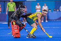 TOKIO - Flynn Ogilvie (Aus) met keeper Vincent Vanasch (Bel)   tijdens de shoot outs na de hockey finale mannen, Australie-Belgie (1-1), België wint shoot outs en is Olympisch Kampioen,  in het Oi HockeyStadion,   tijdens de Olympische Spelen van Tokio 2020. COPYRIGHT KOEN SUYK