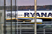 Duitsland, germany,deutschland, Weeze, 14-11-2018 Vlak over de grens van nederland  ligt het regionaal vliegveld Niederrhein, Weeze, wat in tien jaar uitgegroeid is tot een belangrijke regionale luchthaven en als thuisbasis fungeert voor prijsvechter, chartermaatschappij Ryanair. In de regio bevindt zich ook vliegveld Dusseldorf. Naast passagiersvervoer wordt er veel luchtvracht vervoerd. Veel nederlanders uit oost gelderland,  en noord limburg vliegen vanaf hier.Foto: Flip Franssen