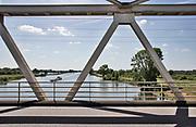 Nederland, Oeffelt, 29-5-2020 Repo over het sturen van het waterpeil in de Maas dmv de stuwen . Het peil in de rivier wordt 10 centimeter hoger gehouden als normaal. Hiermee probeert rijkswaterstaat de gevolgen van de droogte in het stroomgebied wat op te compenseren . Zicht op de rivier ter hoogte van Gennep/ Oeffelt. Foto: Flip Franssen