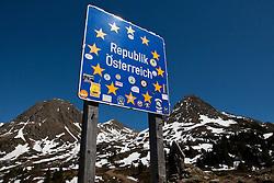 """08.05.2011, Staller Sattel, AUT, THEMENBILD, EU Grenzübergang - Das Schild """"Republik Österreich"""" mit den Sternen der EU steht am Sonntag (08.05.2011) am österreich-italienischen Grenzübergang am Stallersattel. Der Staller Sattel (ital. Passo Stalle) ist ein Gebirgspass in den Ostalpen. Er verbindet das Defereggental (Osttirol), mit dem Antholzertal (Südtirol) und scheidet die Rieserfernergruppe von den Villgratner Bergen. Die Passhöhe liegt auf 2052 m ü.M. an der Grenze zwischen Österreich und Italien. EXPA Pictures © 2011, PhotoCredit: EXPA/ J. Groder"""