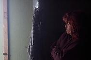Eva guarda la frontiera dalla finestra  parlando di sua figlia.