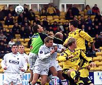 Football, Tippeligaen (eliteserien herrer) 29. april 2001, Lillestrøm - Sogndal 4-1.  Terje Skjeldestad, keeper Sogndal, Clayton Zane, Lillestrøm (høyest).