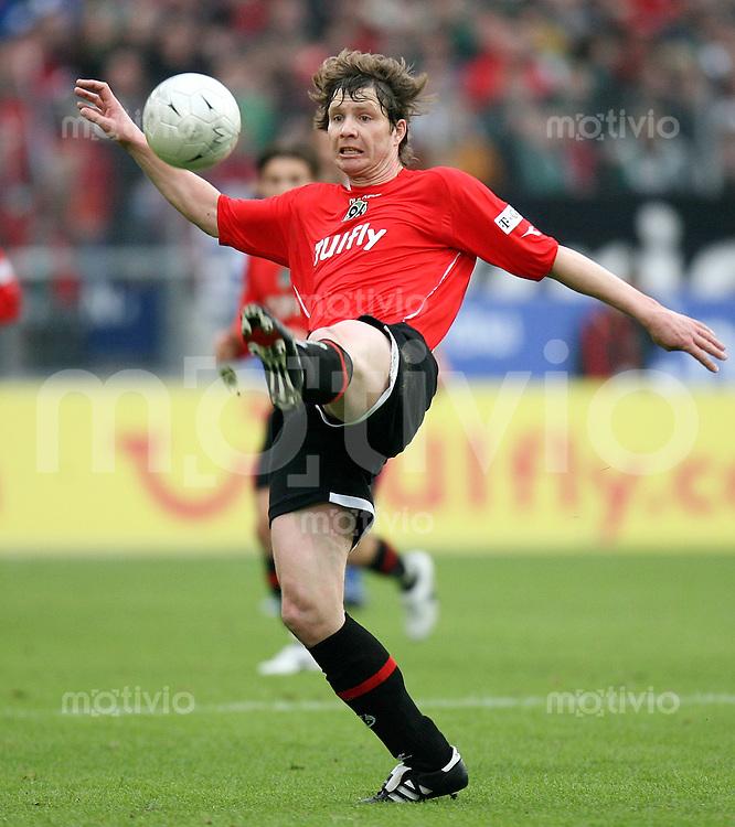 Fussball  1. Bundesliga  Saison 2006/2007 Michael TARNAT (Hannover 96), Einzelaktion am Ball