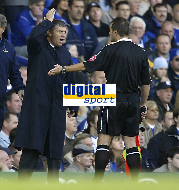 Fotball<br /> Premier League England 2004/2005<br /> Foto: SBI/Digitalsport<br /> NORWAY ONLY<br /> <br /> Everton v Tottenham Hotspur.<br /> 03/10/2004.<br /> Spurs manager Jaques Santini tells the lines man to keep his hands of him