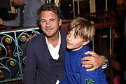 Boekpresentatie Wim Kieft – De Terugkeer in Kapitein Zeppos - Amsterdam.<br /> <br /> Op de foto:  Jan-Hein Kuijpers met zijn zoon