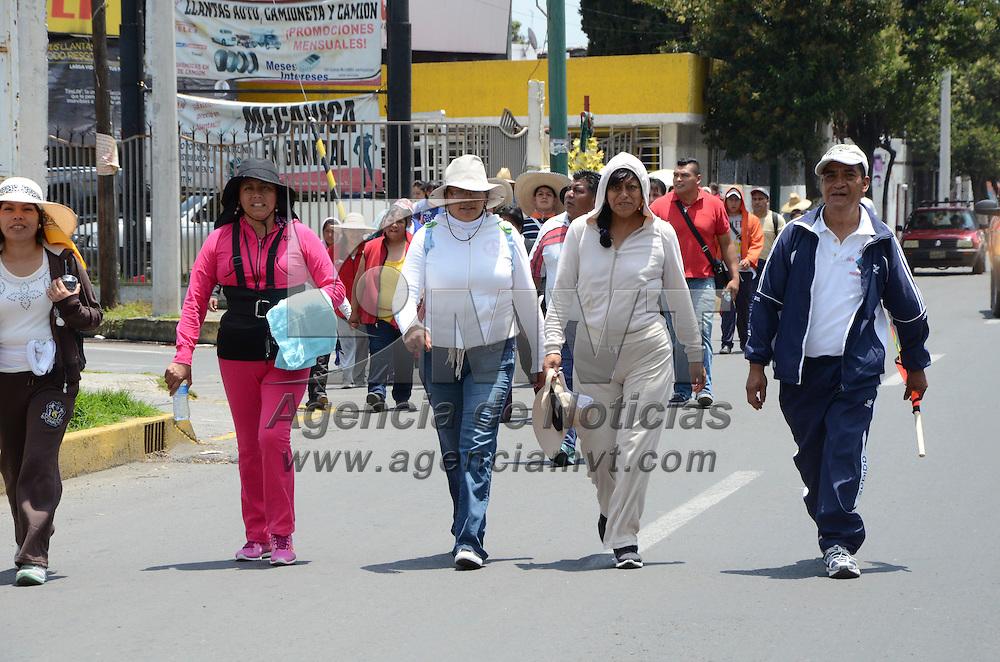Toluca, Méx.- Comerciantes de la Central de Abastos de Toluca, inician la caminata en peregrinación a el templo de la virgen de San Juan de los Lagos, una tradición que cumplen cada año para dar gracias por las bendiciones que han durante el año. Agencia MVT / José Hernández