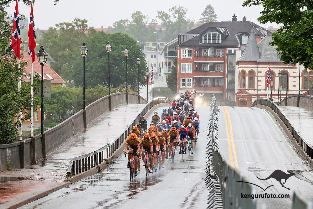Fra herrenes elite start under NM på sykkel 2021 i Kristiansand. Hovedfeltet passerer over Lundsbroa inn til vending siste gang.