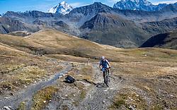15-09-2017 ITA: BvdGF Tour du Mont Blanc day 6, Courmayeur <br /> We starten met een dalende tendens waarbij veel uitdagende paden worden verreden. Om op het dak van deze Tour te komen, de Grand Col Ferret 2537 m., staat ons een pittige klim (lopend) te wachten. Na een welverdiende afdaling bereiken we het Italiaanse bergstadje Courmayeur. Eric