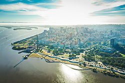 Vista aérea da cidade de Porto Alegre com a Usina do Gasômetro em primeiro plano. O Parque Urbano da Orla do Lago Guaíba, foi projetado pelo arquiteto Jaime Lerner, um dos cinco urbanistas mais influentes do século 20. A nova área de lazer e contemplação dos porto-alegrenses tem 1,3 quilômetros e fica entre a Usina do Gasômetro e a Rótula das Cuias. FOTO: Jefferson Bernardes/ Agência Preview
