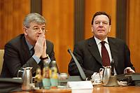 26 JAN 2000, BERLIN/GERMANY:<br /> Joschka Fischer, B90/Grüne, Bundesaußenminister, und Gerhard Schröder, SPD, Bundeskanzler, im Gespräch, vor Beginn der Kabinettsitzung, Bundeskanzleramt<br /> Joschka Fischer, Green Party, Fed. Minister of Foreign Affairs, and Gerhard Schroeder, SPD, Fed. Chancellor, in discourse, before the sitting of the kabinett, Department of the Chancellor<br /> IMAGE: 20000126-01/01-35