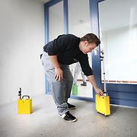 Nederland, Amsterdam , 19 oktober 2012.<br /> Meetapparatuur wordt geplaatst in de gangen van de portiekwoningen aan de Louwesweg in Nieuw West  n.a.v. de recentelijke ontdekking van asbest in de gevelbeplating en de vloeren van de woningen.<br /> Foto:Jean-Pierre Jans