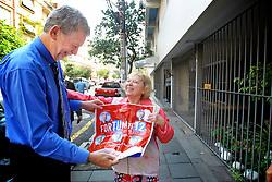 O candidato à reeleição pelo PDT em Porto Alegre, José Fortunati, recebeu apoio espontâneo na calçada da rua Cel. Genuíno após encontro para café da manhã com a diretoria do SULPETRO-RS. Uma eleitora fez questão de lhe mostrar uma sacola que usa para ir ao supermercado toda decorada com adesivos do candidato. Fortunati lidera as pesquisas de intenção de voto com 41% tendo em segundo lugar Manuela D'Avila com 30% conforme apontou recentemente o Datafolha. FOTO: Jefferson Bernardes/Preview.com