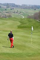 BELGIE - Golfbaan FIVE NATIONS GOLFCLUB - Rode golf broek. COPYRIGHT KOEN SUYK