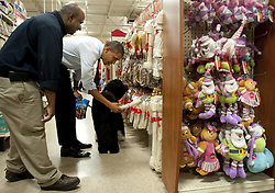 President Barack Obama buys a dog bone and treats for his dog Bo as he shops for Christmas gifts at a PetSmart store in Alexandria, Virginia, USA, on December 21, 2011. Photo by Kevin Dietsch/Pool/ABACAPRESS.COM  | 302371_007 Alexandria Etats-Unis United States