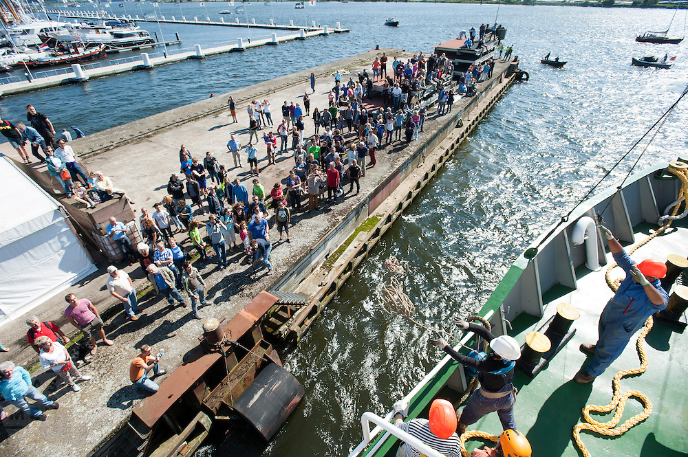 De Arctic Sunrise meert aan in Amsterdam. In IJmuiden is de Arctic Sunrise, het schip van milieuorganisatie Greenpeace dat een jaar door Rusland in beslag is genomen, aangekomen. De voormalige ijsbreker wordt in Amsterdam uit het water gehaald en opgeknapt omdat het gehavend is geraakt toen het aan de ankers lag. De boot van de milieuorganisatie is september 2013 door de Russen geënterd en de bemanningsleden vastgezet op verdenking van piraterij. Greenpeace voerde actie bij een boorplatform in de Barentszzee. Als het schip weer is gerepareerd, wil de milieubeweging weer campagnes houden met de Artic Sunrise.<br /> <br /> In IJmuiden, the Arctic Sunrise, the Greenpeace ship that a year ago is seized by Russia, arrived. The former ice breaker is removed from the water in Amsterdam and refurbished since it was damaged when it was up to the anchors. The boat of the environmental organization is boarded in September 2013 by the Russians and the crew put down on suspicion of piracy. Greenpeace campaigned on a drilling platform in the Barents Sea. If the ship is repaired, the environmental movement wants to use the Arctic Sunrise again for campaigning.