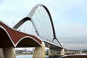 Nederland, Nijmegen, 21-11-2013Komende zaterdag,  wordt de nieuwe stadsbrug van de stad Nijmegen, de Oversteek, in gebruik geniomen, geopend. De brug is vernoemd naar de heldhaftige oversteek van de rivier de Waal die Amerikaanse soldaten op dit punt maakten tijdens de operatie Market Garden in de tweede wereldoorlog om met succes de oude Waalbrug te veroveren. De overspanning is een belangrijke schakel in de ontlasting van de stad van het doorgaande verkeerDe Oversteek is een boogbrug van 285 meter lang en 60 meter hoog en is de op een na langste hoofd overspanning van Nederland, en de grootste boogbrug van Europa met een enkelvoudige boog.De brug wordt 23 november in gebruik genomen.De nieuwe oeververbinding moet zorgen voor een betere spreiding en doorstroming van verkeer binnen de stad Nijmegen. Na 75 jaar is er eindelijk een tweede vaste verbinding voor de stad. De oude waalbrug krijgt vanaf eind dit jaar groot onderhoud, waarna de volle capaciteit van beide bruggen pas gebruikt kan worden. De skyline van de stad is veranderd.Foto: Flip Franssen/Hollandse Hoogte