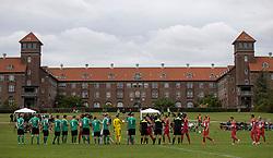 De to hold hilser på hinanden, med Bispebjerg Hospital i baggrunden, før kampen i Sydbank Pokalen, 1. runde, mellem Bispebjerg Boldklub og FC Helsingør den 2. september 2020 i Lersø Parken (Foto: Claus Birch).