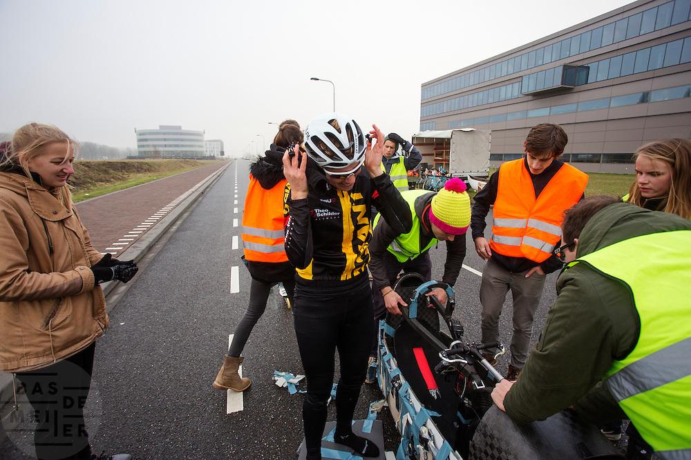 Iris Slappendel rijdt voor het eerst in een VeloX als training. In september wil het Human Power Team Delft en Amsterdam, dat bestaat uit studenten van de TU Delft en de VU Amsterdam, tijdens de World Human Powered Speed Challenge in Nevada een poging doen het wereldrecord snelfietsen voor vrouwen te verbreken met de VeloX 7, een gestroomlijnde ligfiets. Het record is met 121,44 km/h sinds 2009 in handen van de Francaise Barbara Buatois. De Canadees Todd Reichert is de snelste man met 144,17 km/h sinds 2016.<br /> <br /> Iris Slappendel is riding in a VeloX for the first time as training. With the VeloX 7, a special recumbent bike, the Human Power Team Delft and Amsterdam, consisting of students of the TU Delft and the VU Amsterdam, also wants to set a new woman's world record cycling in September at the World Human Powered Speed Challenge in Nevada. The current speed record is 121,44 km/h, set in 2009 by Barbara Buatois. The fastest man is Todd Reichert with 144,17 km/h.