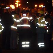 NLD/Huizen/20080108 - Verdacht pakketje gevonden Oostkade Huizen, overleg over de rontgenfoto van het pakket
