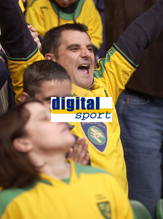 Fotball<br /> England 2004/2005<br /> Foto: SBI/Digitalsport<br /> NORWAY ONLY<br /> <br /> Norwich City v Birmingham City<br /> FA Barclays Premiership<br /> 07/05/2005.<br /> <br /> Norwich fans react to the news that Southampton have scored a late equaliser against Crystal Palace, meaning Norwich can stay in the Premiership if they win their last game, away at Fulham.