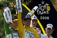 Sykkel<br /> Tour de France 2006<br /> Siste etappe Paris<br /> Foto: Dppi/Digitalsport<br /> NORWAY ONLY<br /> <br /> CYCLING - UCI PRO TOUR - TOUR DE FRANCE 2006 - 23/07/2006 <br />                         <br /> STAGE 20 - ANTHONY > PARIS - ROBBIE MC EWEN (AUS) / DAVITAMON-LOTTO - FLOYD LANDIS (USA) / PHONAK / WINNER - MICKAEL RASMUSSEN (DEN) / RABOBANK - DAMIANO CUNEGO (ITA) / LAMPRE
