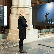 De Nieuwe Kerk Amsterdam opent op vrijdag 18 april World Press Photo 14, als startlocatie van de lange wereldtour van de internationale persfotowedstrijd. De tentoonstelling bevat ruim 150 indrukwekkende persfoto's van 53 prijswinnaars, in negen categorieën. De bezoeker maakt in de kerk een fotografische wereldreis door alle continenten en langs de meest uiteenlopende thema's en historische gebeurtenissen uit 2013. De jaarwinnaar is John Stanmeyer, USA, met zijn foto Signal, gemaakt voor National Geographic. Dit mystieke beeld toont hoe Afrikaanse migranten op een strand bij de stad Djibouti met hun telefoons trachten signaal op te vangen uit buurland Somalië. De wedstrijd heeft ook een Nederlands succes opgeleverd: in de categorie Geobserveerde portretten won Carla Kogelman met haar serie Ich bin Waldviertel de eerste prijs. Kogelman portretteert hierin Hannah en Alena, twee zusjes in het Oostenrijkse dorp Merkenbrechts. Behalve de winnende foto's, zes per categorie, zijn ook de winnaars van de multimedia-wedstrijd te zien. World Press Photo 14 is van vrijdag 18 april tot en met zondag 22 juni 2014 te zien in De Nieuwe Kerk.