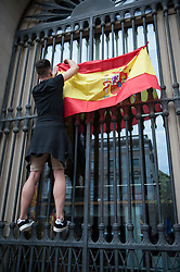 © Licensed to London News Pictures. 30/09/2017. Barcelona, Spain. An anti Referendum man covered in a Spanish flag. Hundreds of people are protesting against the Referendum at Saint Jaume Square in Barcelona. Carrying Spanish flags and the Catalonia region´s one. Photo credit: Gustavo Valiente/LN