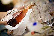 Belo Horizonte_MG, Brasil...Detalhe de uma mao servindo vinho durante um jantar do festival gastronomico Sabor e Saber...Detail of a hand serving a wine  during the gastronomy festival Sabor e Saber...FOTO: BRUNO MAGALHAES / NITRO..FOTO: BRUNO MAGALHAES / NITRO.