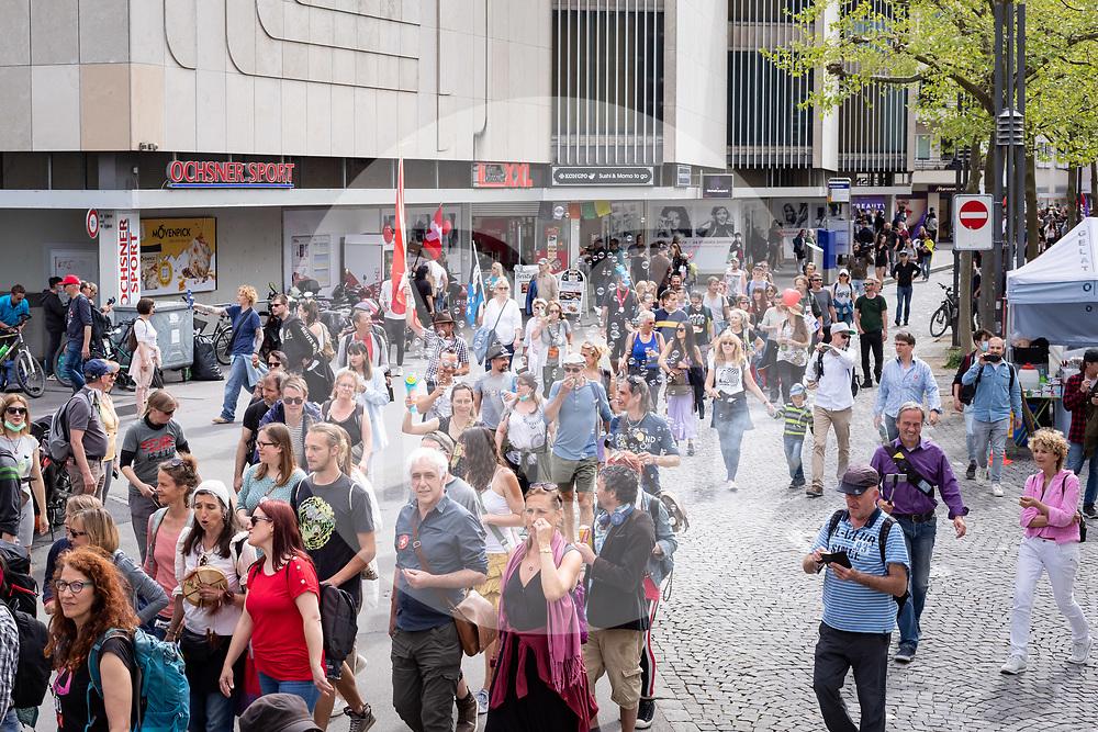 SCHWEIZ - AARAU - Eine unbewilligte Demonstration gegen die Coronamassnahmen und die Corona-Politik, hier in der Altstadt  am Graben. Zu dieser unbewilligten Demonstration wurde über die Sozialen Medien aufgerufen. Ursprünglich hat das 'Aktionsbündnisses Aargau-Zürich' (ABAZ) versucht in Aarau und Wettingen eine Demonstration anzumelden, beide wurden von den Behörden nicht bewilligt. - 08. Mai 2021 © Raphael Huenerfauth - https://www.huenerfauth.ch