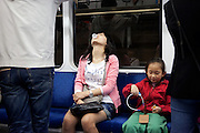Reisende in einem Wagon der Seoul Metro im Zentrum der koreanischen Hauptstadt.<br /> <br /> Passengers in a wagon of the Seoul Metro (subway) in the city center of the Korean capital.