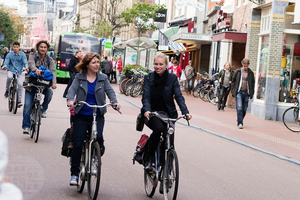 In Leiden delen fietsers de rijstrook met bussen en bevoorradingsverkeer.<br /> <br /> Cyclists in Leiden share their lane with buses and small trucks.