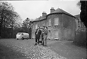 06-10/04/1964.04/06-10/1964.06-10 April 1964.Views on the River Shannon. Tom Reid and his wife Breda chatting with Mr O'Neill (left), Midland Oil Co. representative at Killanure House, Glasson, Co. Westmeath. One of the walls of the house was part of a Dillon Castle.