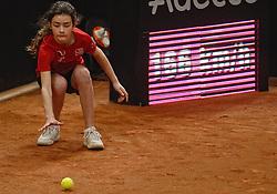 08-02-2015 NED: Fed Cup Nederland - Slowakije, Apeldoorn<br /> Ballenmeisje, kinderen , item tennis