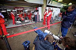 Imprensa acompanha o piloto espanhol de Fórmula 1 Fernando Alonso nos boxes da Ferrari durante o Grande Prémio do Brasil em Interlagos, em São Paulo. FOTO: Jefferson Bernardes/Preview.com