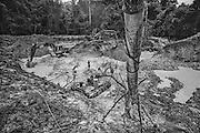 French guiana, dorlin, inini.<br /> <br /> Exploitation aurifere. La terre est retournee et lavee a la recherche de paillettes qui seront amalgamees par addition de mercure.<br /> Christiane TAUBIRA, depute de Guyane, publie un rapport : « Si l'on prend en compte les couts environnementaux, sanitaires et sociaux engendres par cette activite, on peut s'interroger sur la valeur ajoutee creee par l'activite aurifere… La ou il n'y a pas moyen de faire autre chose, on ne va pas dire aux gens : crevez de faim ou allez emarger au RMI ». <br /> Les orpailleurs du Syndicat Minier de l'Ouest Guyanais, soulignent pour leur part que l'activite aurifere est le seul secteur productif capable d'absorber une main d'œuvre abondante et peu formee. Elle permet a la population locale de ne plus dependre du versement des diverses prestations sociales qui constituent l'essentiel des revenus des familles. Les efforts entrepris par certains pour assainir et moderniser la profession se heurtent pourtant aux limites de la legalite.