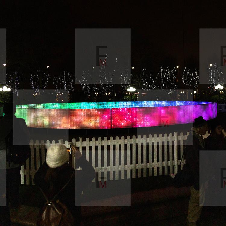 L'annuale edizione del festival delle luci a Canary Wharf, una mostra all'aperto di installazioni luminose. 'Lactolight' by Lactolight<br /> <br /> The yearly edition of the lights festival in Canary Wharf, an open-air exhibition of light installations. 'Lactolight' by Lactolight.