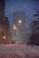 New York. Brooklyn. Dumbo district.  under the snow in the distance the Brooklyn  bridge  /  Dumbo, quartier des docks