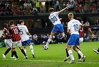 Fotball<br /> UEFA Champions League<br /> Milan v Zürich<br /> 30.09.2009<br /> Foto: EQ Images/Digitalsport<br /> NORWAY ONLY<br /> <br /> Der Zuercher Hannu Tihinen, Mitte, erzielt mit der Hacke das Tor zum 0:1 gegen die Milan Spieler Clarence Seedorf, links, und Marek Jankulovski, 2.v.l., beobachtet von Xavier Margairaz, 3.v.l., und Alain Rochat, rechts